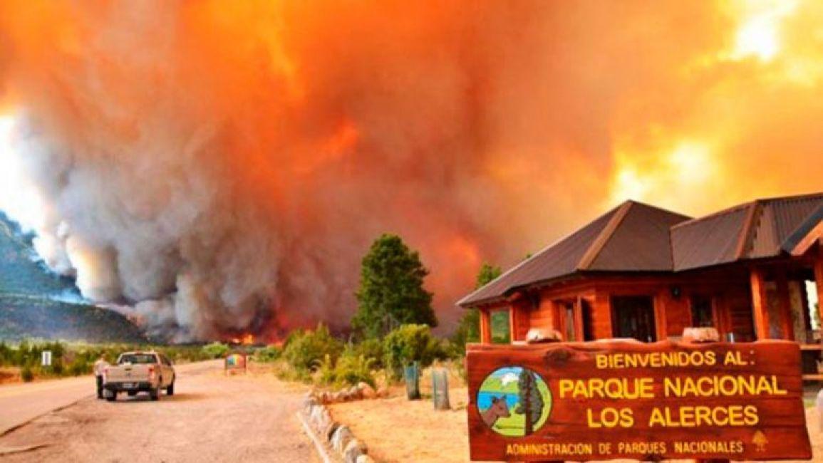 Un megaoperativo por tierra y aire combate el incendio Noticias de espectaculos argentina