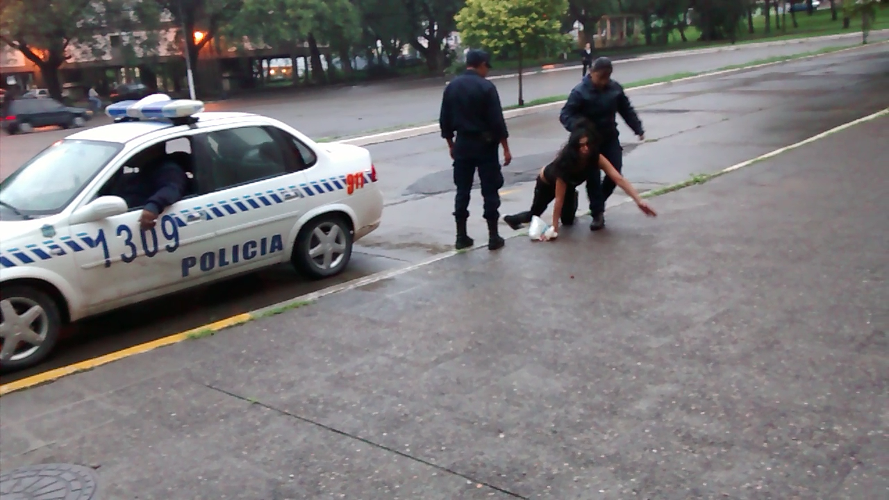Una joven fue agredida por una mujer policía