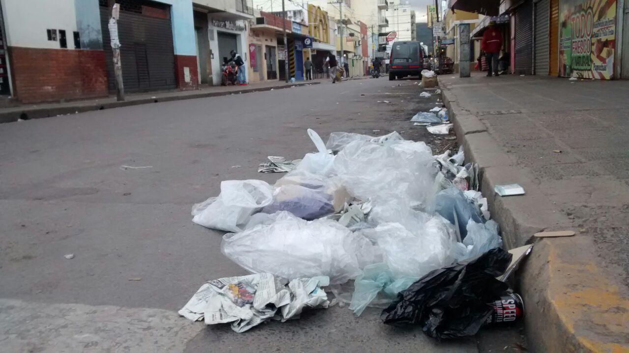 Sancionan a 12 comercios por sacar la basura durante el paro
