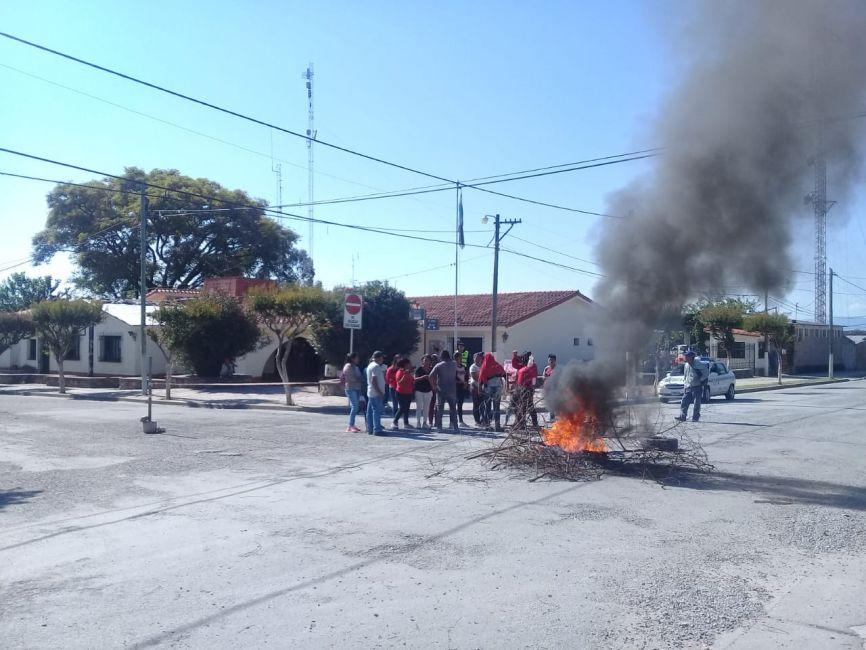 Con quema de gomas exigieron respuesta por los lotes prometidos - La Radio de Martin Grande