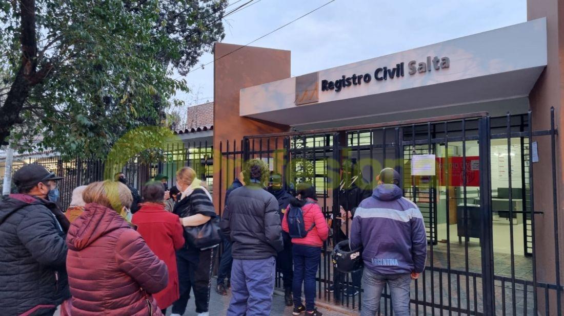 Cientos de salteños cansados de la web del Registro, hacen horas de fila por un turno