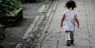 Una niña de dos años deambulaba sola en la madrugada