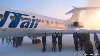 """Pasajeros """"empujan"""" avión atascado en el frío de Siberia"""