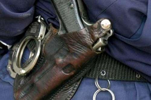 Atacaron y robaron el arma a una mujer policía