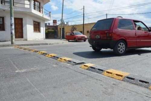 Colocan reductores de velocidad en barrio Hernando de Lerma y Municipal
