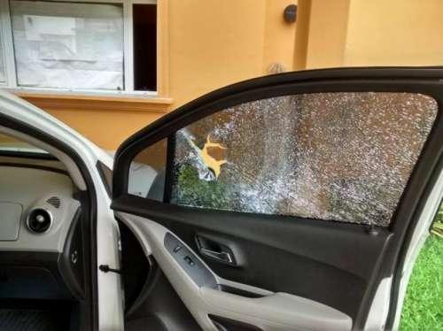 Les arrojan piedras a los automovilistas para asaltarlos