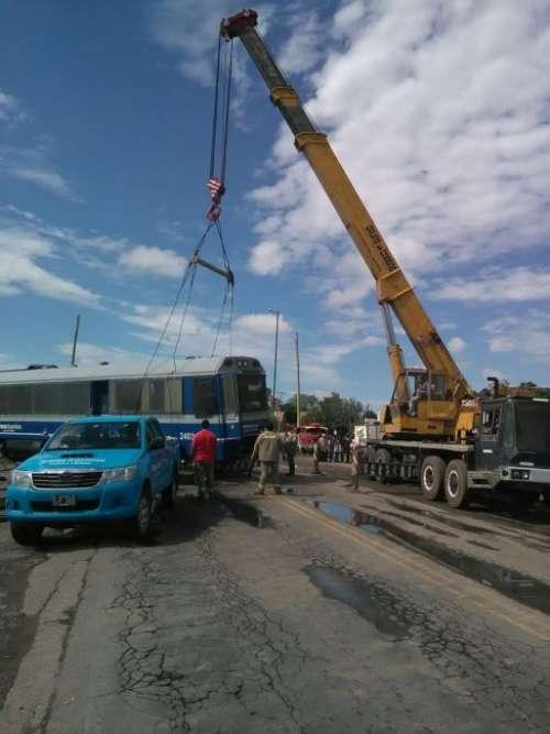 Chocó el tren Salta - Güemes y un colectivo