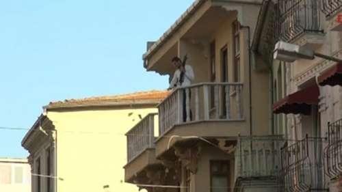 Robó un banco y arrojó el dinero desde un balcón a la calle