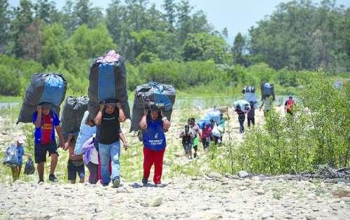Bagayeros cortan el puente internacional de Pocitos