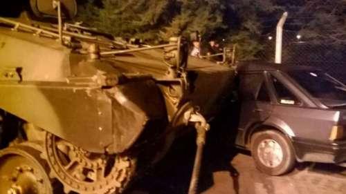 Un tanque de guerra chocó contra un auto en plena calle