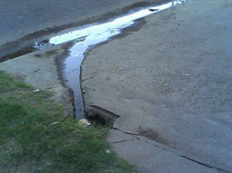 Miles de litros de agua se pierden por una cañería rota en Bº Grand Bourg