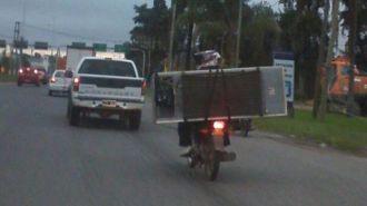Tucumán: Desafió todas las reglas y cargó una heladera en la moto