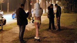 Francia ya no multará a clientes de prostitutas