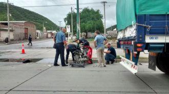 Motociclista herido tras chocar con el acoplado de un camión